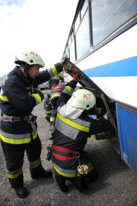 Sérülteket mentettek a buszról a tűzoltók