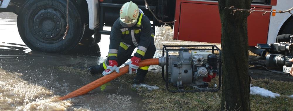 Árkokat, pincéket szivattyúznak a tűzoltók