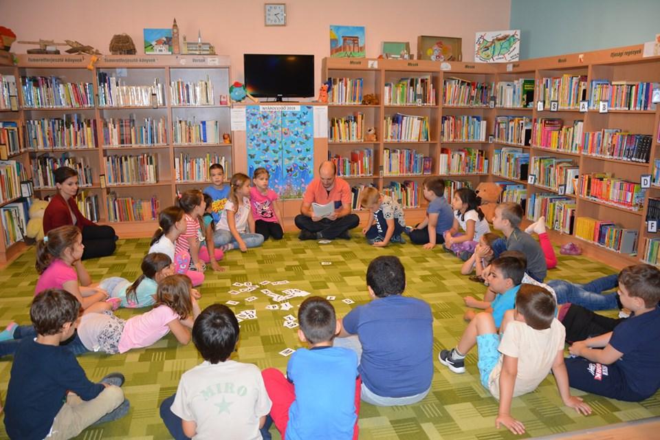 Az elsősök látogattak a könyvtárba